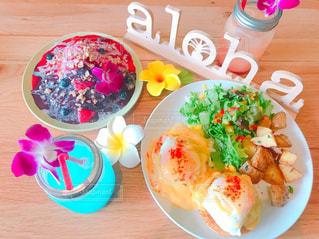 テーブルの上に食べ物のプレートの写真・画像素材[779933]