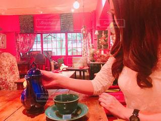 レストランのテーブルに座っている女性の写真・画像素材[779936]