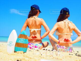 ビーチに座っている女性の写真・画像素材[781618]