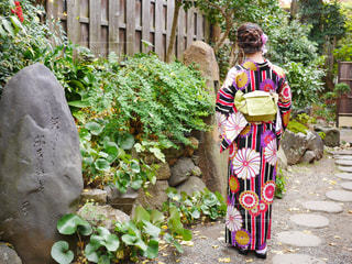 庭に立っている人の写真・画像素材[781624]