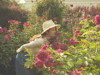花を持っている人の写真・画像素材[826495]