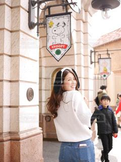 建物の前に立っている女性の写真・画像素材[841370]