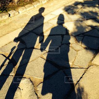 2人,秋,冬,カップル,夕暮れ,影,シルエット,手つなぎ,ツーショット