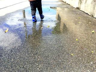 子ども,雨,足元,散歩,水たまり,子供,長靴,幼児,水溜り,梅雨,長ぐつ,足下,水たまり遊び