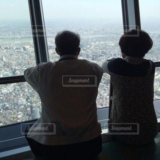 二人組,カップル,ファミリー,東京,世界の絶景,後ろ姿,スカイツリー,観光,仲良し,旅行,旅,展望台,休日,仲良しな二人,ツーショット,両親,おしどり夫婦