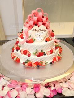 ケーキ,ピンク,結婚式,苺,生クリーム,リボン,ベリー,ウェディングケーキ,ウェディング,三段ケーキ