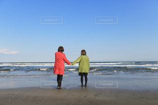 女性,海,カラフル,青空,後ろ姿,友情,ツーショット,手を繋ぐ
