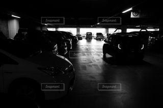 暗い部屋で停まっている車の写真・画像素材[851453]