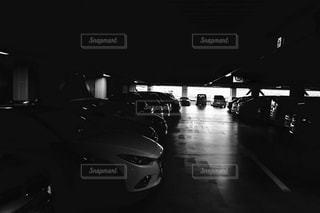暗い駐車場の写真・画像素材[853332]