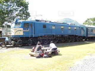 電車は草の上に駐車します。 - No.755754
