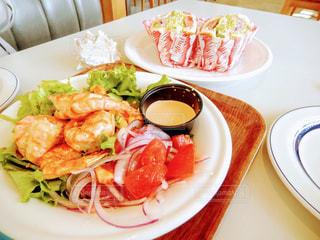 テーブルの上に食べ物のプレートの写真・画像素材[756812]