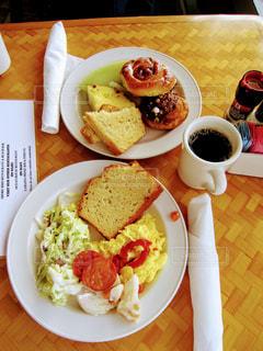 テーブルの上に食べ物のプレートの写真・画像素材[756816]