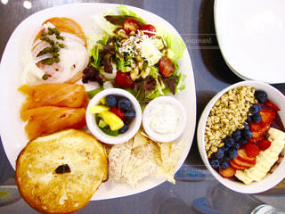 テーブルの上に食べ物のプレートの写真・画像素材[756824]