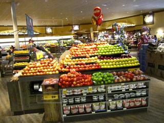 新鮮な食材がたくさんでいっぱい店のディスプレイの写真・画像素材[999364]