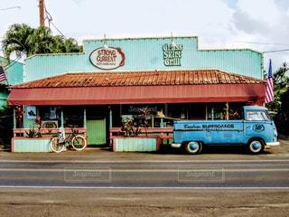 店の前にトラックを止めてください。の写真・画像素材[999454]