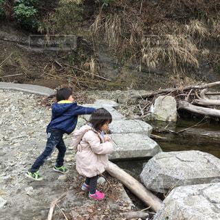 子供,観光,仲良し,可愛い,兄弟,子育て,石投げ,ツーショット