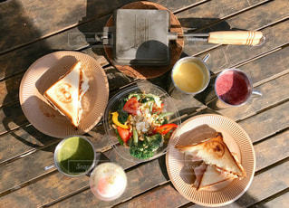 テーブルの上に食べ物のプレートの写真・画像素材[1038456]