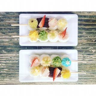 近くのテーブルの上に食べ物をの写真・画像素材[1058381]