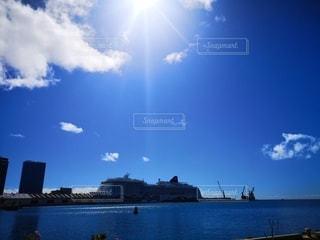 水域の上の空の雲のグループの写真・画像素材[2861364]