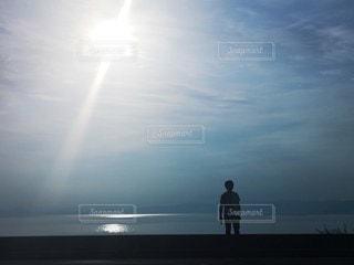 男性,自然,風景,空,カメラ,屋外,太陽,ビーチ,水面,景色,シルエット,光,人,旅行,旅,写真,クラウド