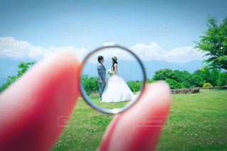 カメラにポーズ鏡の前に立っている女性の写真・画像素材[1276528]