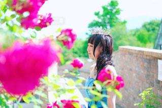 花の前に立っている人の写真・画像素材[1408750]