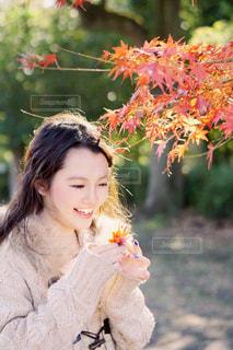 花の前に立っている女性の写真・画像素材[853227]