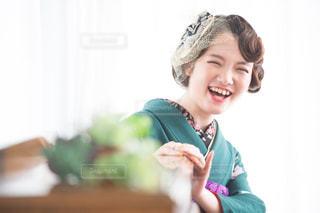緑のシャツの女性の写真・画像素材[1394958]