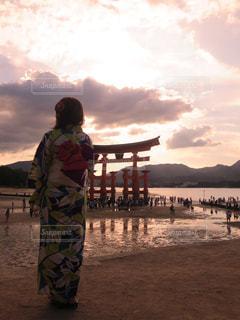 砂浜の上に立っている人の写真・画像素材[1048858]