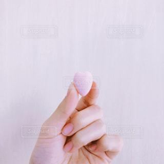 ハート形のお菓子を持っている手の写真・画像素材[1118409]