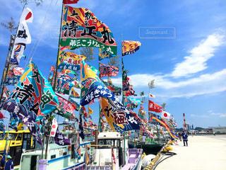 青空とカラフルな大漁旗の写真・画像素材[1123465]