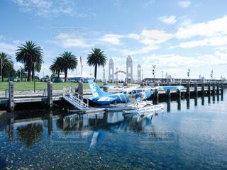 水辺と青空と水上飛行機の写真・画像素材[1126155]