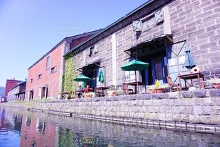 れんが造りの建物の横にある水します。の写真・画像素材[880752]