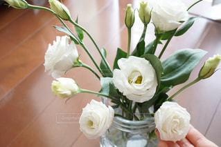 テーブルの上に花瓶の花の花束の写真・画像素材[908861]