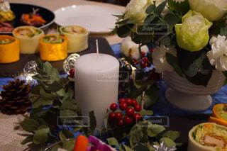 テーブルな皿の上に食べ物のプレートをトッピングの写真・画像素材[944776]