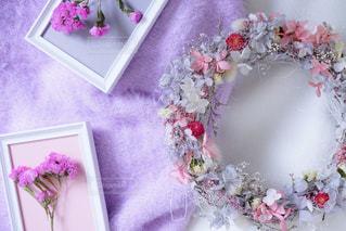 テーブルの上のピンクの花で一杯の花瓶の写真・画像素材[1038116]