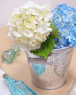 テーブルの上に花瓶の花の花束の写真・画像素材[1216609]