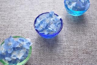 水で満たされたブルーのボウルとガラスの写真・画像素材[1216612]