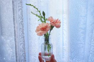 紫色の花一杯の花瓶の写真・画像素材[1367923]