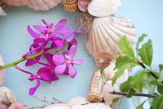 テーブルの上の花の花瓶の写真・画像素材[1367946]