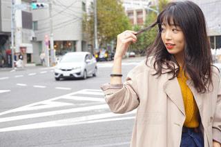 人が携帯電話で話しながら通りを歩いています。の写真・画像素材[1593326]