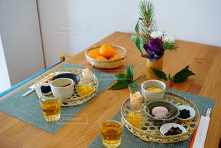 テーブルの上のコーヒー カップの写真・画像素材[1727504]