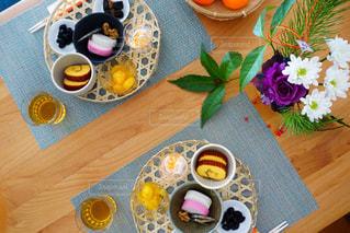 木製テーブルの上に座っているドーナツの写真・画像素材[1727505]