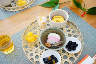 食品やコーヒー テーブルの上のカップのプレートの写真・画像素材[1727509]