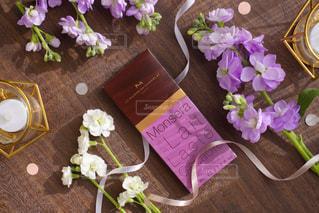 木製テーブルの上に座っている花の花瓶の写真・画像素材[1742870]