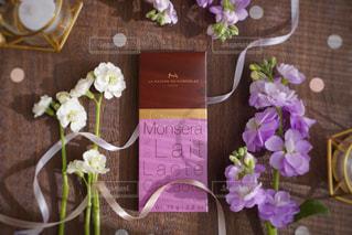 テーブルの上の花の花瓶の写真・画像素材[1742897]