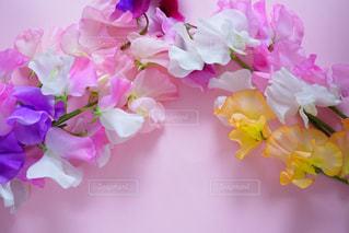 紫色の花で満たされた花瓶の写真・画像素材[2121317]