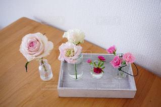 木製のテーブルの上に座っている花の花瓶の写真・画像素材[2121327]