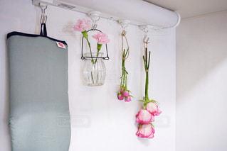 紫色の花で満たされた白い花瓶の写真・画像素材[2141300]