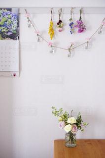 テーブルの上の花の花瓶の写真・画像素材[2141301]